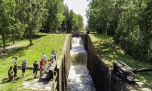 Picture of people at Hovetorp's locks along the Kinda kanal in Östergötland